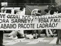 Trabalhadores e estudantes realizam ato em São Paulo durante greve de 1989 (Foto: Reprodução/Internet)