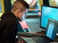 Na série Mr. Robot, Elliot é um jovem programador que trabalha como engenheiro de segurança virtual durante o dia, e como hacker vigilante durante a noite.  (Foto: USA Network/Virginia Sherwood)