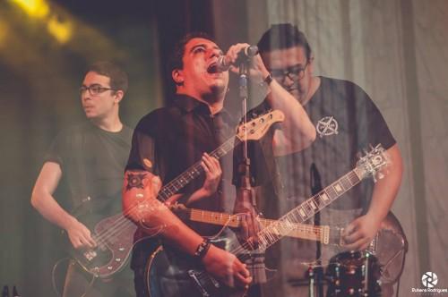 A banda Black Knight Freqüency em apresentação no Theatro José de Alencar (Foto: Rubens Rodrigues)