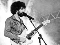 Além de cantor e compositor, Caio Castelo também é produtor musical e instrumentista (Foto: Fernanda Moreira)
