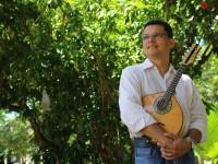 Além de estudos sobre o instrumento, Jorge ministra a Oficina de Choro, que propõe um passeio pelo trabalho dos mestres bandolinistas de várias épocas (Foto: Mariana Paim)