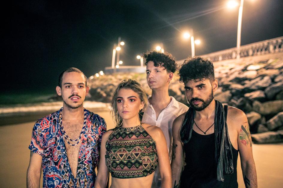 Cláudio também acompanha o trabalho da cantora Camila Marieta. Na foto: Júnior Quintela; Camila Marieta; Daniel Lima e Cláudio Mendes (Foto: Pedro Martins)