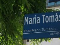 Apenas cerca de 20% dos logradouros que homenageiam pessoas possuem nomes femininos. Na imagem, sinalização da Rua Maria Tomásia em Fortaleza (Foto: Pedro Vinícius/Coletivo)