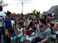O professor James Moura Jr. (de cinza) é o coordenador da reaPODERE e desenvolve um trabalho em conjunto com a comunidade Estrada Velha, em Acarape (CE) (Foto: Arquivo pessoal)
