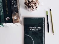O livro A verdadeira regra do impedimento - A história do futebol feminino cearense foi o trabalho de conclusão de curso da jornalista Karine Nascimento (Foto: Amanda Fontenele)