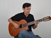 Allan Sales tem mais de 600 aulas na internet e já publicou três livros sobre música (Foto: Arquivo Pessoal)