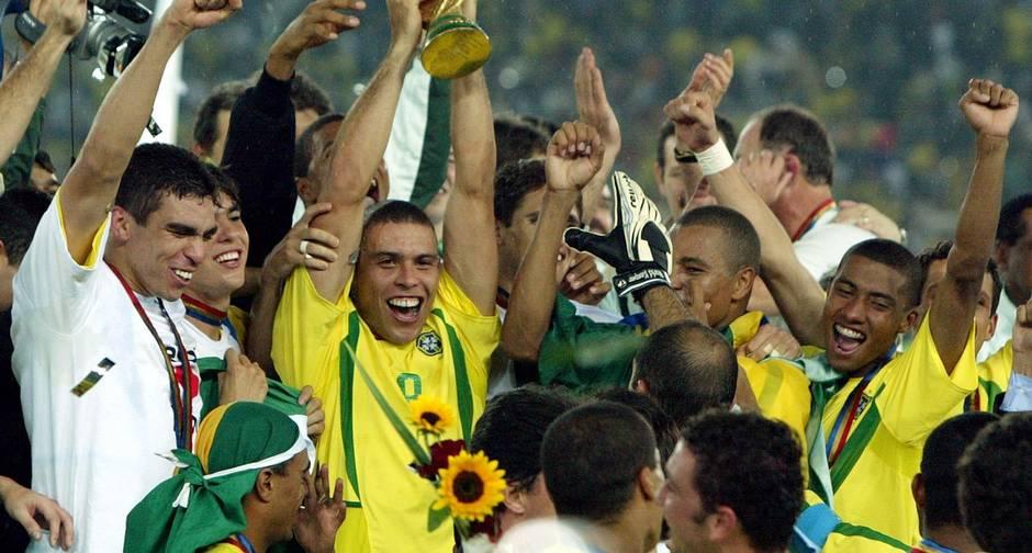 O artilheiro Ronaldo erguendo a taça do pentacampeonato da Seleção Brasileira de Futebol na Copa do Mundo da Coreia e do Japão, em 2002  (Foto: Kai Pfaffenbach/Reuters)