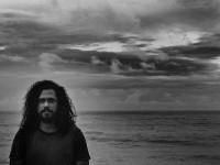 Zéis, cantor e compositor cearense e ex-integrante da banda Capotes Pretos na Terra Marfim, estreia novo show (Foto: Divulgação)