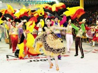A quadrilha junina Babaçu se prepara durante todo o primeiro semestre para as apresentações que acontecem nos festejos juninos de Fortaleza (Foto: Reprodução/Youtube)