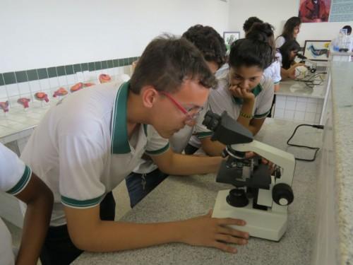 Alunos de Escola Profissionalizante realizam atividade em laboratório. De acordo com a Seduc, existem 119 escolas de ensino profissional no Ceará (Foto: Reprodução/SEE-Ceará)