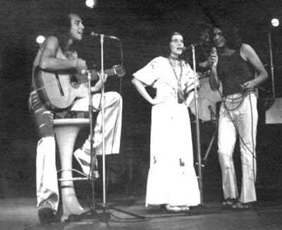 Ednardo, Teti e Rodger Rogério no lançamento do disco Pessoal do Ceará - Meu Corpo, Minha Embalagem, Todo Gasto na Viagem, no Teatro da TV Record, em 1973 (Foto: Reprodução/Internet)