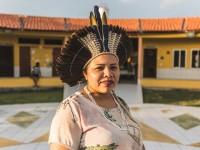 Cacique Irê graduou-se no curso de Licenciatura Intercultural Pitakajá I, realizado pela UFC e hoje é diretora da Escola Indígena Jenipapo-Kanindé (Foto: Thiago Gadelha/Diário do Nordeste)