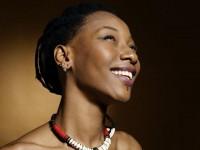 Autora, compositora, atriz e cantora, Fatoumata Diawara é considerada uma das mais importantes vozes da musica africana. Atualmente, possui 10 discos gravados (Foto: Reprodução/Internet)