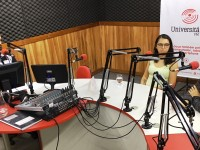 Apresentador Pedro Vítor conversando com as museólogas Josiane Vieira e Graciele Siqueira (Foto: Luís Valente)