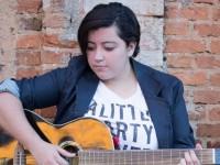 A cantora e compositora de 20 anos Ana Vilela é a dona do sucesso Trem Bala (Foto: Divulgação/Internet)