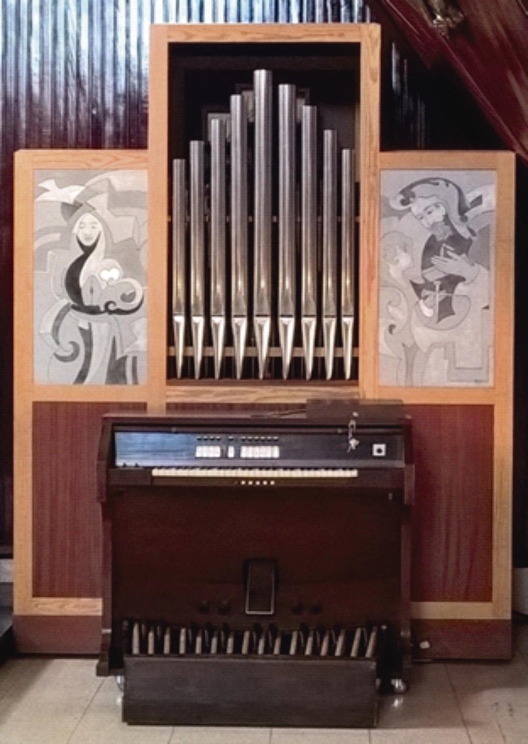 O Órgão de Tubos é um instrumento musical da família dos aerofones de teclas, tocado por meio de um ou mais manuais e uma pedaleira. Na foto, o órgão de Tubos da Escola Piamarta Aguanambi (Foto: Divulgação)