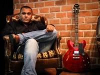 Com 25 anos de carreira, Cláudio Oliveira lançou em abril deste ano o seu primeiro CD autoral que se chama My Way Home (Foto: Matheus Brandão/Divulgação)