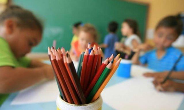 O Supremo Tribunal Federal (STF) decidiu, em setembro de 2018, que os pais não poderiam ensinar seus filhos em casa sem que estes frequentassem regularmente uma escola.