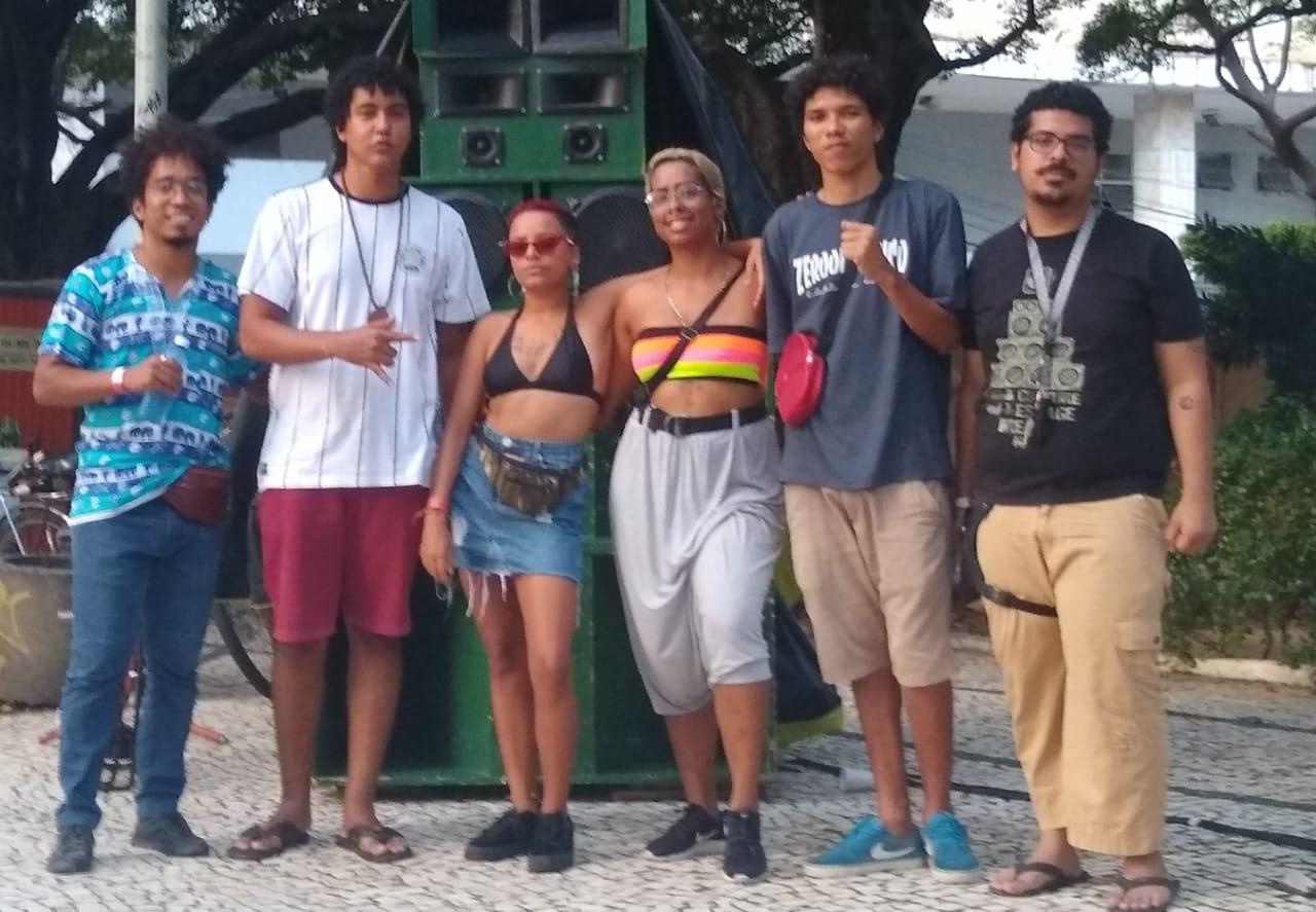 Vicente Machado (segundo da esquerda para a direita) e a trupe da Boom Boom Black, festa que traz a DJ Lolost, o cabo-verdiano Khamidi e o DJ Flaubeck (Foto: Divulgação)