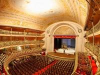 Apresentar-se no Theatro José de Alencar, o maior teatro de Fortaleza, ainda é um sonho distante para muitos grupos de teatro no Ceará (Foto: Alex Uchoa)