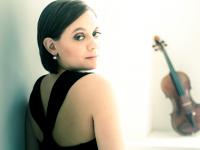 A violonista Francesca Anderegg interpreta composições brasileiras ao lado da pianista Érika Ribeiro, que fala aos ouvintes do Música Erudita nesta terça, dia 24. (Foto: Divulgação)
