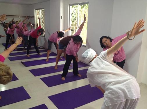 Aula de Kundalini Yoga no Instituto Roda da Vida para pacientes com câncer (Foto: Reprodução/Instituto Roda da Vida)