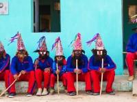 O Reisado de Caretas de Potengi é um dos mais antigos reisados do Ceará, um dos poucos que preserva o estilo com máscaras de madeira, decoradas com couro de bode. (Foto: Reprodução/Internet)
