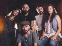 Desde janeiro de 2017, Emerson se apresenta junto à banda Jardim dos Acordes. Na foto (em sentido horário): Ayla Lemos (Bateria), Bee Mesquita (Guitarra), Alan Sales (Baixo), Samara Sampaio (Violino) e Emerson Bastos (Foto: Ricardo Guilherme)
