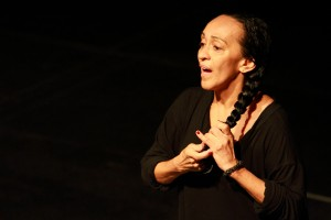 A artista Graça Martins durante apresentação do espetáculo Graça (Foto: Renato Mangolin)