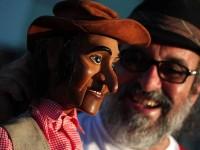 Augusto Bonequeiro se apresenta constantemente com o boneco Fuleiragem pelo Brasil (Foto: Reprodução/Internet)