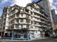 Atualmente o edifício São Pedro está no centro das discussões sobre preservação histórica de Fortaleza. Enquanto uns visam o tombamento, outros buscam sua demolição (Foto: Daniel Aragão)