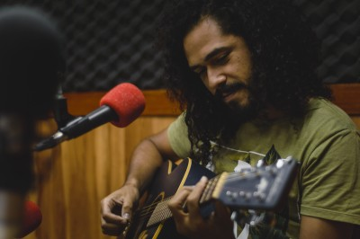 O cantor e compositor Zéis propõe, através de seu trabalho, uma ressignificação dos aspectos negativos associados à cor negra (Foto: Emanuel Silva)