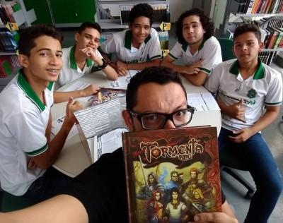 O professor de História Dmitri Gadelha utiliza o RPG como ferramenta de ensino na Escola Estadual de Educação Profissional Francisco Paiva Tavares (Foto: Reprodução/Facebook)