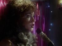 A personagem Luizianne, interpretada pela atriz Samya de Lavor, canta  versões das músicas de Rita de Cássia em Inferninho, de Guto Parente e Pedro Diogenes (Foto: Divulgação)