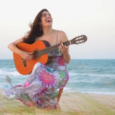 A cantora cearense Rebeca Câmara lançou seu primeiro disco no ano passado, mas agora pretende seguir nas mídias digitais. (Foto: Reprodução/Facebook)