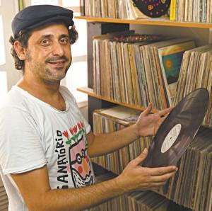 Alan Morais com alguns discos que fazem parte de sua coleção (foto: Bruno Gomes)