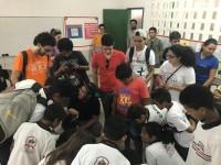 Estudantes do curso de Design da UFC desenvolvendo atividade com alunos da Escola Adriano Martins  (Foto: Reprodução/Internet)