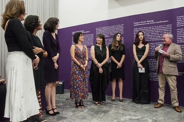 Reitor da UFC Henry Campos prestigia a exposição Design por Mulheres, ao lado de designers (Foto: Viktor Braga/UFC)