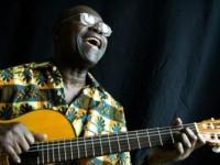 """O cantor e compositor Pierre Akendegué também é conhecido como """"poeta cantador""""  (Foto: Reprodução/Internet)"""
