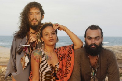 O grupo Tripulantes da Sabiabarca é um dos artista que são influenciados pelo disco Tropicália ou Panis et Circencis (Foto: Tim Oliveira)