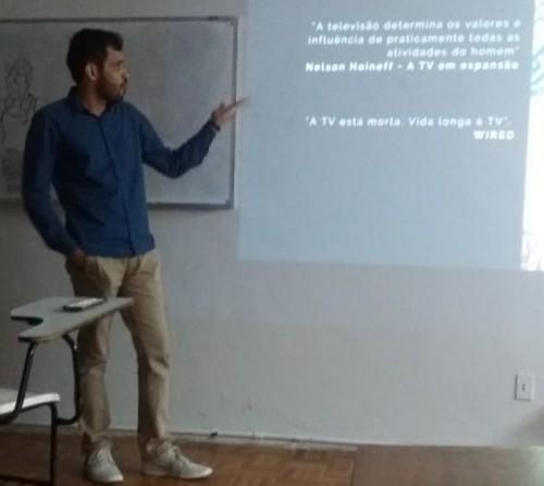 Wedson Mesquita apresentando o seu TCC sobre a influência da Netflix na produção de gostos pelo público Foto: Lucas DPauola