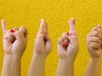 Para se comunicar utilizando Libras é necessário, além de conhecer os sinais, conhecer as estruturas gramaticais para combinar as frases e estabelecer a comunicação de forma correta (Foto: Reprodução/Internet)