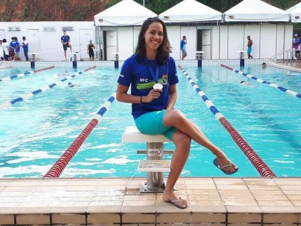 A estudante-atleta Emanuely Nascimento, posando com a medalha de prata conquistada no Torneio Interfederativo Norte Nordeste Infantil a Sênior de Natação, em Salvador, disputado em julho de 2018 (Foto: Reprodução/Internet)