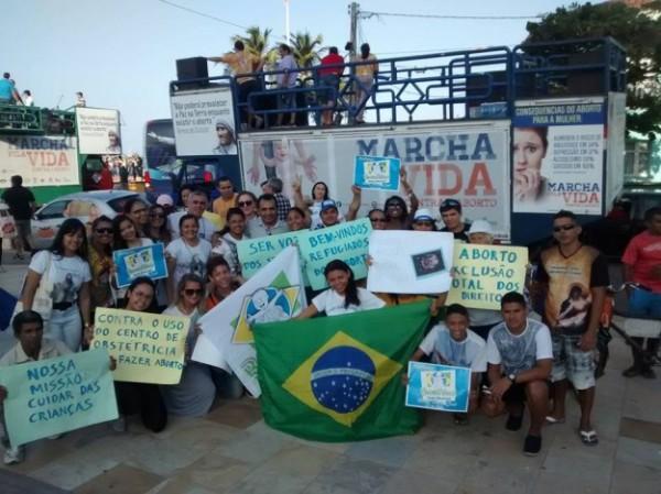 """Militantes """"pró-vida"""" participando da """"Marcha pela Vida"""" de 2017, em Fortaleza (Foto: Reprodução/Internet)"""