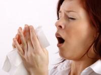 Uma das alergias mais comuns é a rinite alérgica que causa espirros frequentes, coriza, vermelhidão e coceira nos olhos (Foto: Reprodução/Internet)