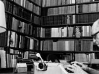 Desde o dia 31 de outubro de 2015 é comemorado no Brasil o Dia Nacional da Poesia, a data foi criada em homenagem ao poeta Carlos Drummond de Andrade, um dos principais nomes da segunda geração do modernismo brasileiro  (Foto: Reprodução/Internet)