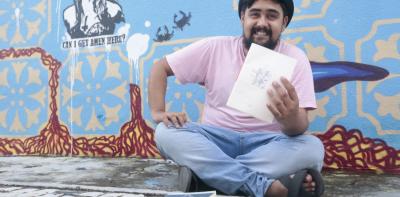 O escritor Talles Azigon escreve poesias desde os 16 anos, mas foi no Templo da Poesia, espaço cultural que ficava no centro da cidade que se envolveu com a organização de saraus (Foto: Camila de Almeida)