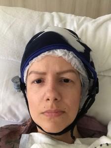 Renata Fontenele durante uma das sessões de quimioterapia, utilizando a touca térmica, ferramente que tem o objetivo de diminuir queda de cabelos em virtude da quimioterapia (Foto: Arquivo Pessoal)