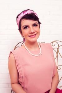 Na imagem, Renata usa um dos lenços confeccionados para a campanha do Outubro Rosa (Foto: Arquivo Pessoal)