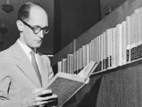 Carlos Drumond de Andrade é considerado um dos poetas mais influentes do século XX e um dos nomes mais conhecidos da segunda fase do Modernismo Brasileiro (Foto: Reprodução/Internet)